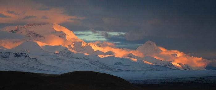 Tibetas astoņtūkstošnieki pirmajos rīta saules staros